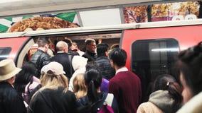拥挤的伦敦地下地铁驻地 股票录像