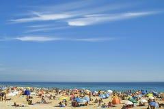 拥挤的大西洋海滩 库存照片