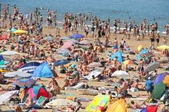拥挤的海滩 库存照片