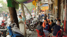 拥挤的街在河内越南 库存照片