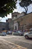 拥挤的街在罗马,意大利 免版税库存照片