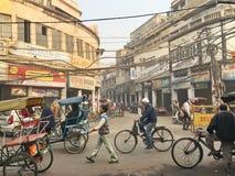拥挤的街在老德里,印度 免版税库存照片