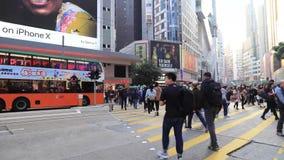 拥挤的街在铜锣湾,香港,是一个主要商店地区 影视素材