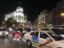 拥挤的街在马德里,西班牙在晚上 免版税库存照片