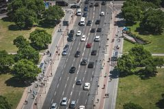 拥挤的街天线和边路交易与汽车和人 库存图片