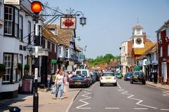 拥挤的街Steyning西萨塞克斯郡东南英格兰英国 免版税图库摄影