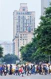 拥挤穿过街道,重庆,中国 图库摄影