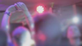拥挤聚成棍棒状一团,鼓掌,挥动的手, dancefloor大气 股票录像