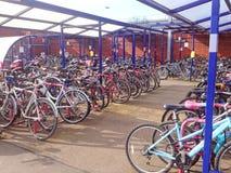 拥挤自行车存贮棚子 免版税库存图片