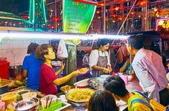 拥挤街道咖啡馆在唐人街,仰光,缅甸 图库摄影