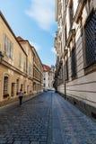 拥挤街道在布拉格的历史的中心有美丽如画老的 免版税库存图片