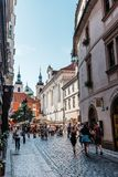拥挤街道在布拉格的历史的中心有美丽如画老的 库存照片