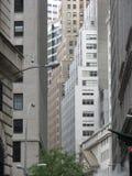 拥挤街道的大厦 免版税库存图片