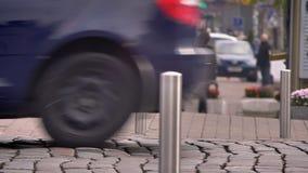 拥挤街道被弄脏的射击在有走的人民和移动的汽车的城市 股票录像