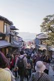 拥挤路的游人对清水寺寺庙 免版税库存照片