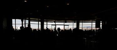 拥挤食品店剪影在商城的有由窗口的城市视图 库存照片