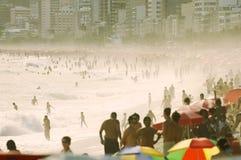拥挤Ipanema海滩里约热内卢巴西繁忙的天 免版税库存照片