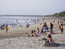 拥挤kuta海滩的巴厘岛人们 免版税图库摄影