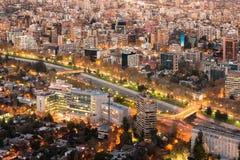 拥挤Providencia区和Mapocho河的全景在晚上 免版税库存照片