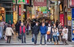 拥挤Shinsaibashi购物街道在大阪,日本 免版税库存图片