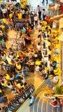 拥挤shoping的中心,季节的销售 免版税库存照片