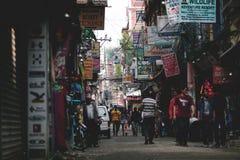 拥挤Thamel街旅览中心和商店在尼泊尔 图库摄影
