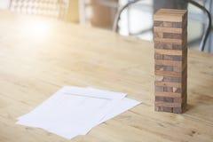 阻拦在木桌上的木比赛 免版税库存照片