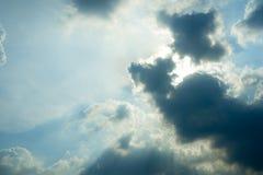 阻拦太阳的雨云 库存图片