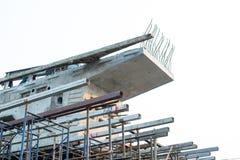 阻拦被拉扯的天桥吊索里面 通过使用建立基地的脚手架 免版税库存图片