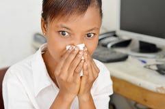 阻拦鼻孔的少妇 免版税库存图片