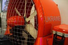 拧紧在一个气垫的小船切削刀消防员的,被展示在陈列生产乌克兰 库存照片