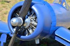 拧紧一架老飞机,特写镜头的引擎 库存照片