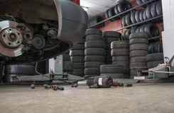 拧紧没有轮子汽车的气动力学的板钳在底层 图库摄影