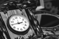 拨号盘有木头的壁钟 免版税库存照片