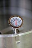 拨号盘温度计在热化水中 库存照片