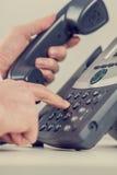 拨电话号码的商人的减速火箭的图象 免版税库存照片