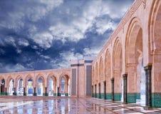 拱廊专栏在哈桑二世清真寺在卡萨布兰卡,摩洛哥 免版税库存照片