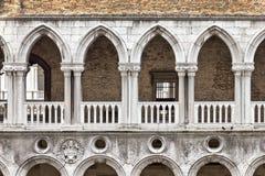拱廊哥特式样式 免版税图库摄影