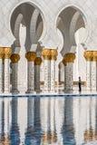 拱廊的看法和反射在回教族长扎耶德Grand Mosque的 阿布扎比 阿拉伯联合酋长国 库存图片