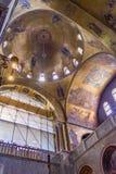 拱形屋顶、教堂中殿& transept里面圣马克` s大教堂  免版税库存照片