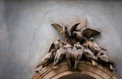拱道的鸽子装饰 免版税库存照片