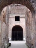 拱道colosseum罗马视图 免版税库存图片