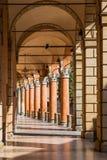 拱廊在波隆纳,意大利中世纪镇  库存照片