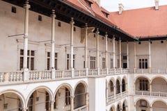 拱廊城堡克拉科夫波兰新生wawel 露台 库存照片