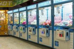 拱廊机器人爪游戏机,爪起重机游戏机 库存图片