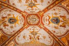 拱廊波隆纳最高限额五颜六色的著名壁画被绘的意大利 免版税库存图片