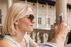 拱廊背景的女性旅客在Wawel城堡的在克拉科夫 免版税库存图片