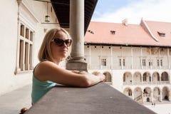 拱廊背景的女性旅客在Wawel城堡的在克拉科夫 图库摄影