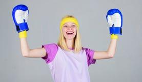 拳击体育概念 丢失重量的心脏把装箱的锻炼 阴物和力量平衡 妇女拳击手套享用 免版税库存图片