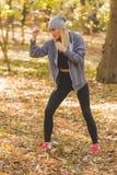 拳击卫兵锻炼的女孩在森林里 库存照片